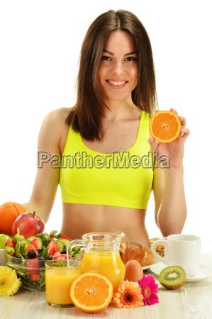 mujer joven desayunando dieta equilibrada