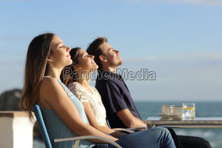 grupo de amigos respirando aire fresco