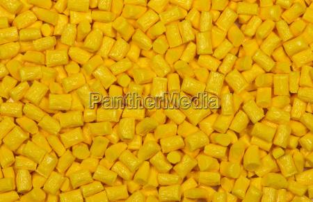 granulos de plastico de color amarillo