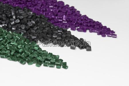 granulos de plastico violeta verde y