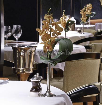 elegance table set up
