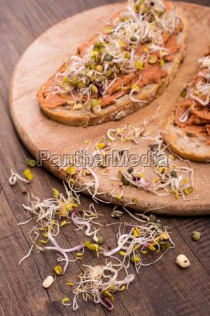 brotes crudos y pan con spread