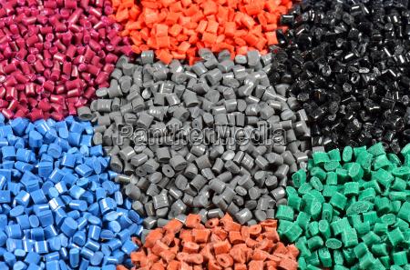 diversos granulos de plastico de color