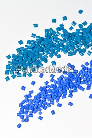 varios granulos de resina plastica