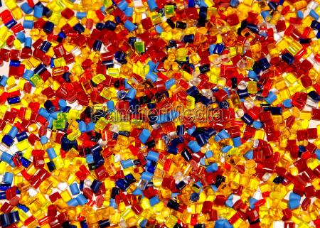 varios granulos de plastico transparente