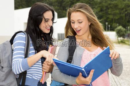 dos hermosos estudiantes adolescentes