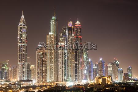 dubai marina rascacielos por la noche