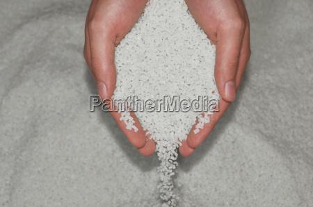 la mano vierte el plastico