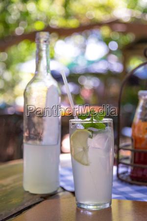 limonada helada servida con hojas de