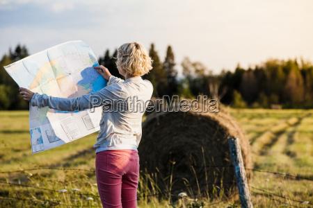 mujer perdida en una escena rural