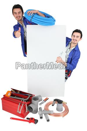 tradesman posando con sus herramientas y