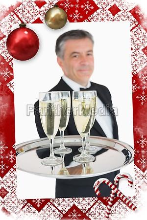 imagen compuesta del camarero que sostiene