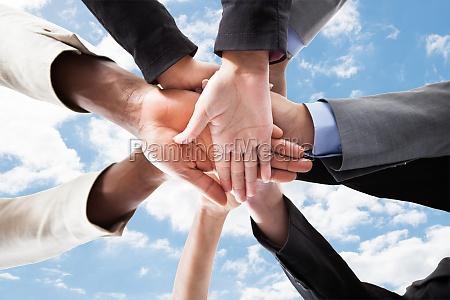 empresarios apilando las manos