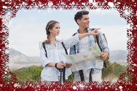 pareja de senderismo con mapa apuntando
