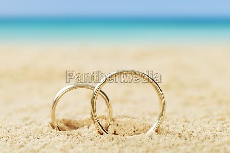 anillos de boda en la arena
