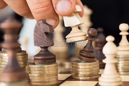 mano que juega a ajedrez apiladas