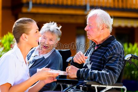 seniorer i haven af u200bu200bammende hjem