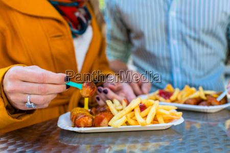 pares, que, comen, currywurst, en, imbissbude - 13707502