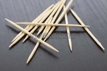 pila de palillos de madera como