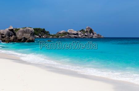 playa de arena blanca y mar