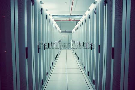 pasillo vacio de torres de servidores