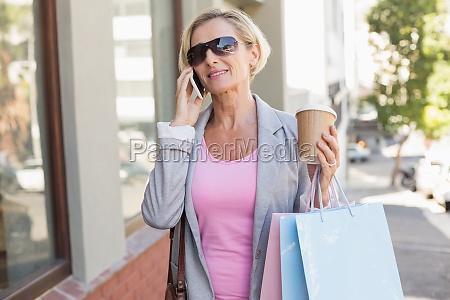 mujer feliz madura caminando con sus