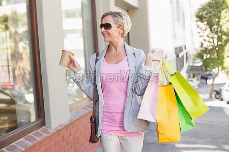 feliz maduro mujer ambulante compras compras