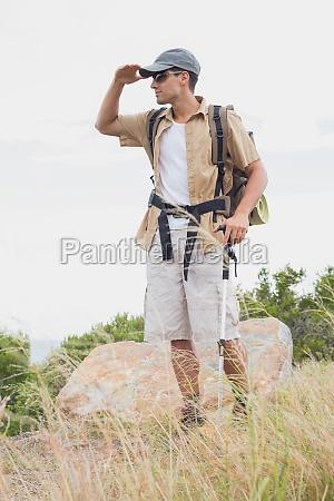 senderismo hombre caminando en terreno de