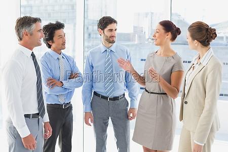 mujer conversacion risilla sonrisas estrategia femenino