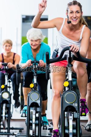 seniorer spinning pa fitness cykel med