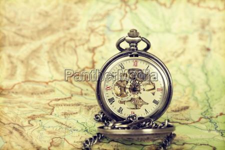 reloj vintage en el mapa antiguo