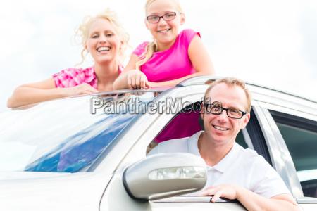familia conduce vacaciones de verano en