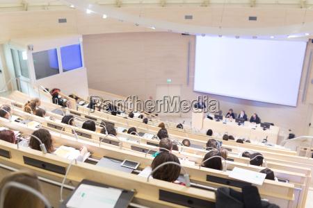 audiencia en la sala de conferencias