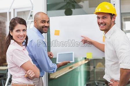 equipo de arquitectos sonrientes que se