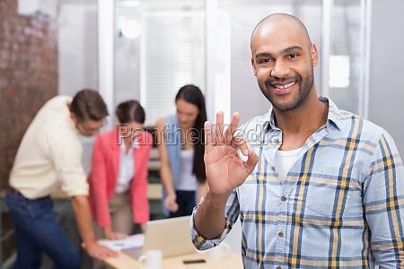 mujer gesto oficina risilla sonrisas carrera