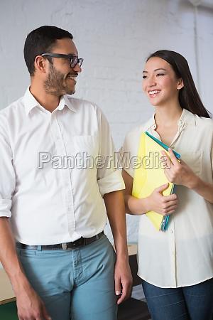 mujer oficina risilla sonrisas femenino masculino