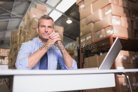 retrato de jefe de almacen con