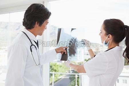 los medicos que buscan por encima