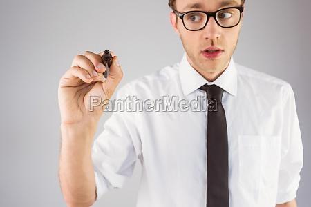 geeky empresario por escrito con marcador