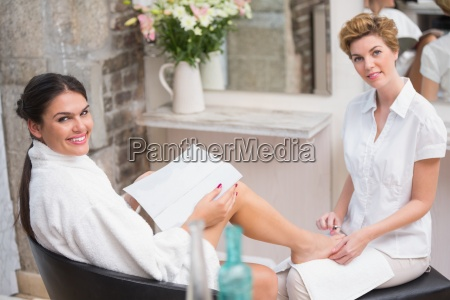 mujer recibiendo una pedicura de esteticista