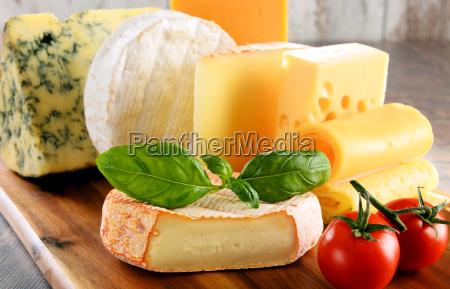 diferentes tipos de queso sobre la
