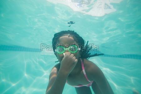 chico lindo posando bajo el agua