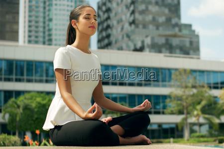 relajarse mujer de negocios yoga posicion