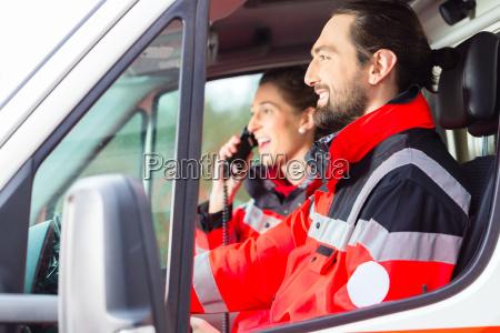 medico mujer conducir trabajo en equipo