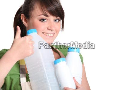 recicla las botellas de plastico mujer