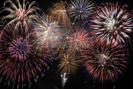 los grandes fuegos artificiales brillantes en