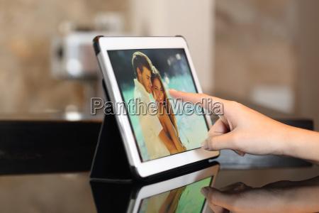 mano con una tableta viendo las