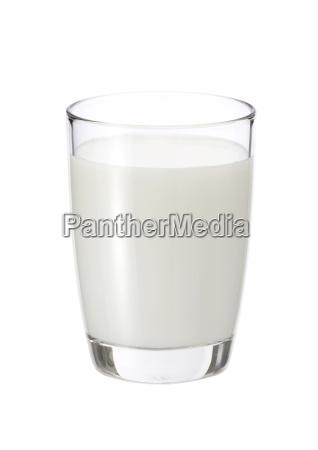 leche fresca en el vaso sobre