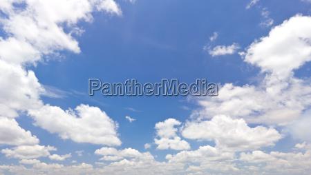 cielo azul con la nube blanca
