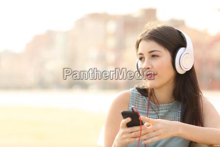 chica sincera escuchando musica con un